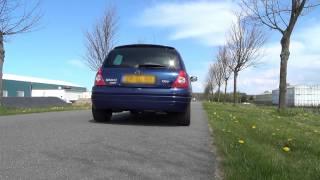 Mijn zusje achter het stuur van de Clio II Phase 1.