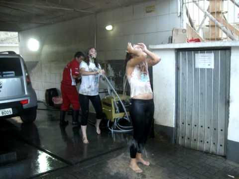 as calouras tomando banho de mangueira no posto