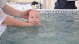 Назар учится плавать (2 месяца)