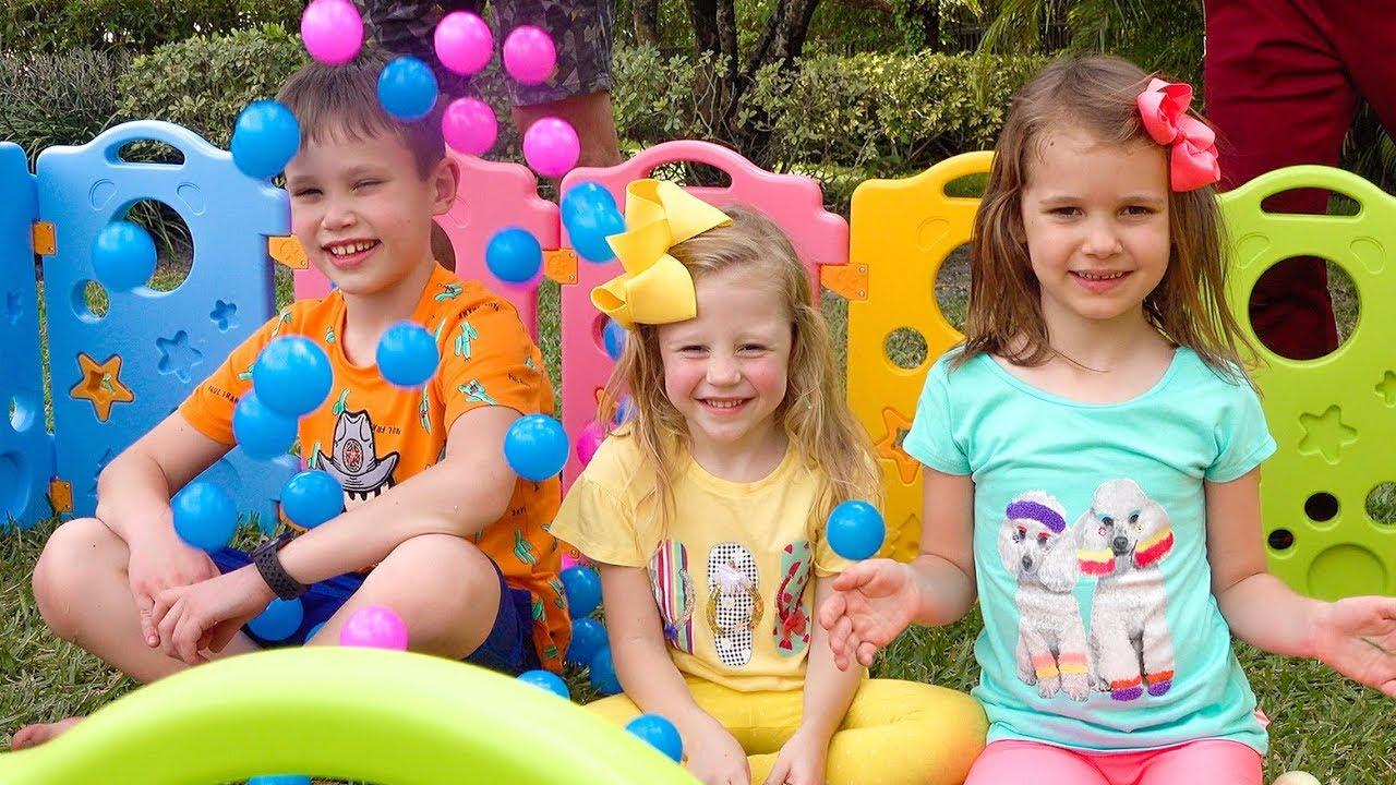 स्टेसी और दोस्त नए खिलौने और पिता के साथ खेलते हैं।