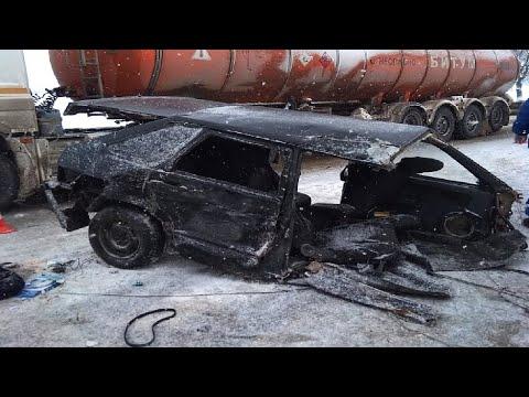 Отечественную легковушку разорвало на две части во время ДТП на трассе под Армавиром