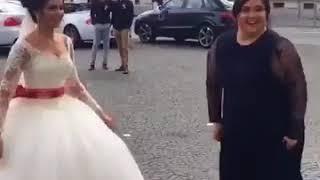 невеста танцует с подругой