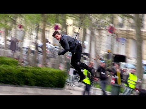 Tom Cruise performing an amazing stunt for Mission Impossible 6 shooting in Paris