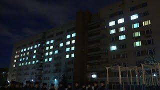 Из светящихся окон общежития в курсанты ВИПЭ в День Конституции сложили слово «Россия»