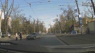 Одесса подборка дтп(ДТП в Одессе 0.5 сек. Женщина падает перед машиной ( Французский бульвар) 0.20 сек. Две девушки выбегают из..., 2014-04-18T22:14:45.000Z)