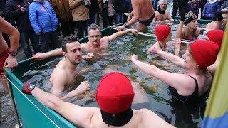 Kąpiel morsów podczas 27 finału WOŚP w Ostrołęce