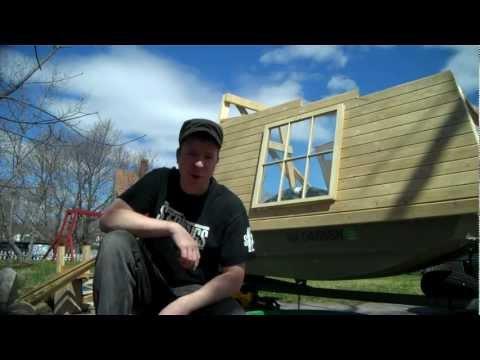 A tiny houseboat/micro-shantyboat