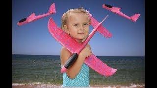 Катя пускает классный МАЛИНОВЫЙ САМОЛЕТ на море Развлечения для детей
