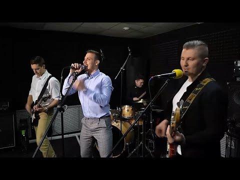 Кавер-группа «Мятный бриз» исполнила хиты выпускных разных поколений