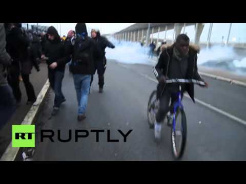 France: Police arrest 24 after refugees storm Calais ferry