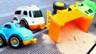 Oyuncak kamyon devrildi. Yardımcı arabalar.