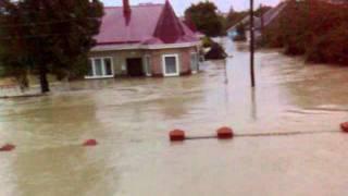 Наводнение в Крымске, 5.30 утра.mp4(Наводнение на ночь с 6 по 7 июля 2012 года. Уровень воды на ул. Лагерной г. Крымска 2 метра 70 см. Снимал житель..., 2012-07-07T11:17:11.000Z)