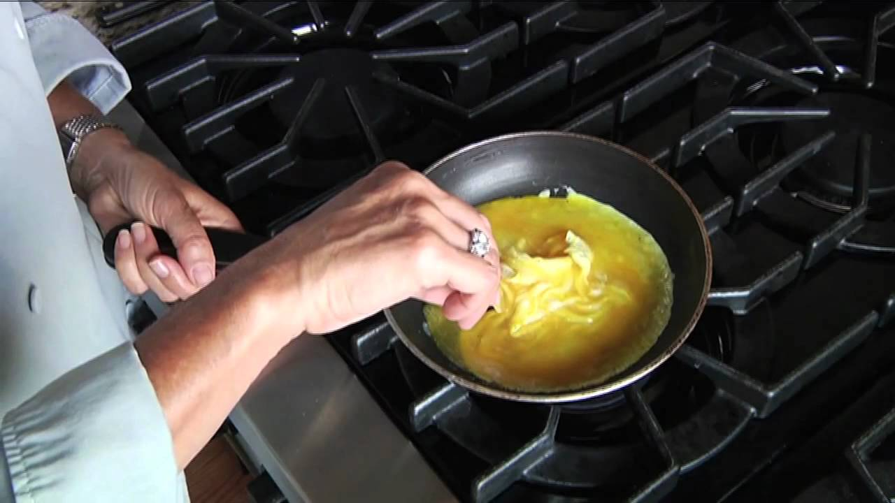 How to cook an omelette in a frying pan