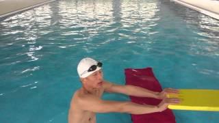 利用游泳教學椅練習自由式打水加換氣----陽文濱游泳教學工作室