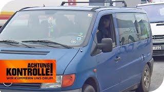 Kleinbus statt Flugzeug: Eine Großfamilie unterwegs nach Dänemark | Achtung Kontrolle | kabel eins