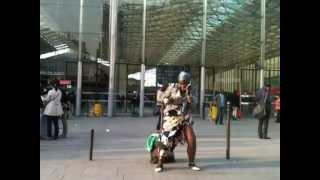 Негритянка отжигает около Северного вокзала в Париже