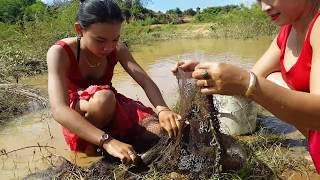 Amazing fishing at salakrav –Beautiful Girl Fishing-how to Catch Fish by Hand (Part 01)
