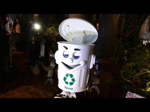 Garbage can-shaped robot at Henn na Hotel Maihama Tokyo Bay [RAW VIDEO]
