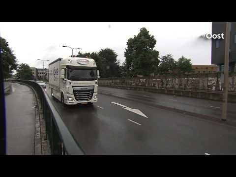Vrachtwagens door 'knullige fouten' geregeld vast onder viaducten