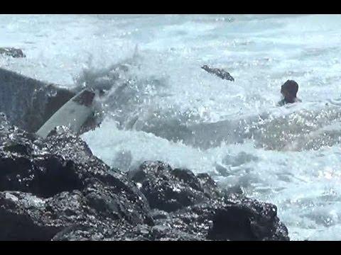 Surfer hits rock in Biarritz - Surfeurs dans les rochers Côte des Basques Biarritz (accident)
