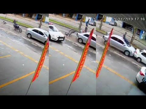Da un salto mortal y aterriza en el techo de un coche tras chocar mientras huía de la Policía