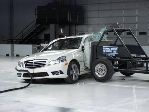 2010 Mercedes-Benz E-Class side IIHS crash test