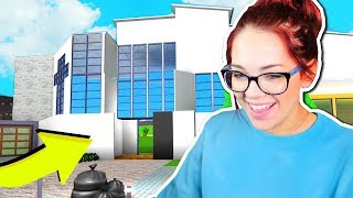 GIRLFRIEND PLAYS BLOXBURG FOR THE FIRST TIME!! (Roblox)