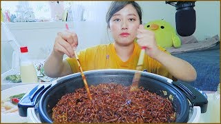 How to Enjoy Instant Black Bean Noodles Mukbang!