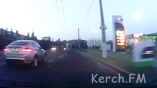 Как BMW X6 сбил женщину на пешеходном переходе и скрылся (видеорегистратор)(В редакцию читатель прислал видео с аварии, произошедшей вечером 23 августа 2103 года в Керчи. Внимание, на..., 2013-08-24T10:22:00.000Z)