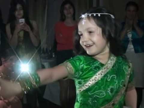 Balaca Xedice Toyda hamini hind reqsi ile ayaga qaldirdi