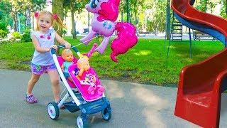 Настя КАК МАМА и Куклы Пупсики на детской площадке в парке Забавный инцидент