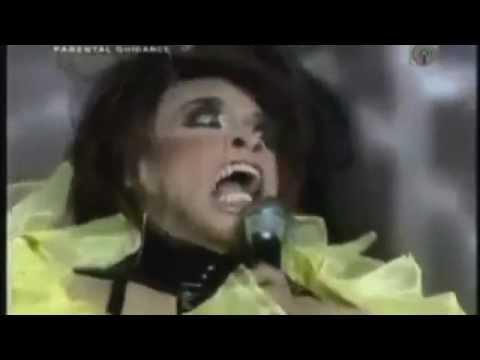 Kişneyerek şarkı söyleyen kadın