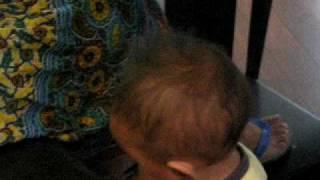 机で頭を打つ姿もかわいい1歳と1ヶ月の息子。 そうするうちに、2回目...