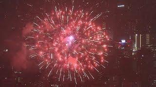 雨の隅田川花火大会 2万2千発が夜空彩る