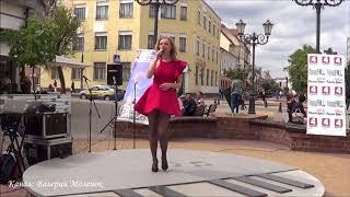Красивая девушка и красивая песня на улице! Brest! Music! Song!