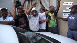 Crowd at Zuma Must Fall banner removal attacks man for making disparaging Zuma comments thumbnail