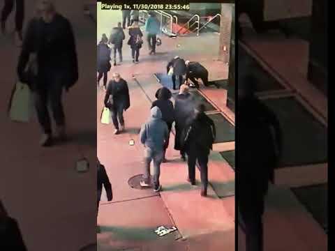 La Policía de Nueva York busca a un hombre al que se le cayó un anillo de pedida por una alcantarilla