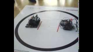 Lego робот выполняет программу СУМО