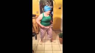 Komik dans eden kadın