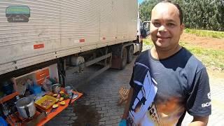 Caminhoneiro faz receita na estrada e mostra como prepara seu almoço