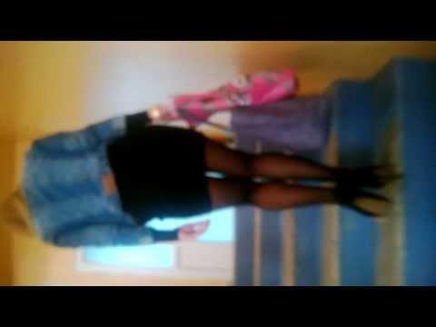 Девушка в просвехивающейся юбке на фото