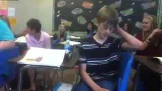 Rapaz super talentoso anima a aula fazendo beatbox