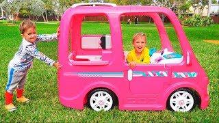 Vlad và Nikita cưỡi trên chiếc xe Barbie đi cắm trại