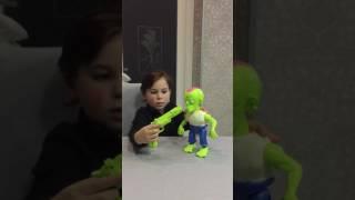 Vinci ed il suo giocattolo Spara allo Zombie