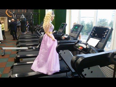 Живая Барби в тренажерном зале ))))) Прикол!  ТРЕШ!!!