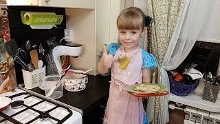 Лиза печет блинчики