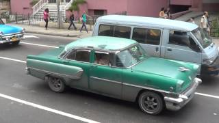 CUBA HABANA CALLE 23 COCHES Y CHICAS 2