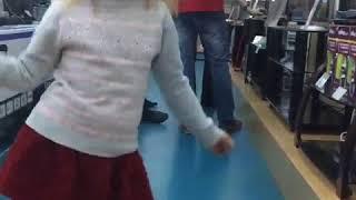 Милана Гогунская танцует в магазине