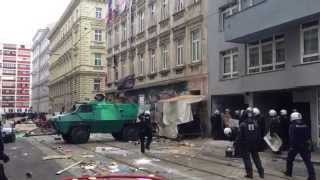 FPÖ-TV-Aktuell: Hausbesetzer pinkeln Polizisten an
