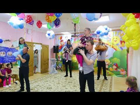 """Трогательный танец с мамами и папами на выпускной в детском саду """"Когда ты станешь большим..."""""""